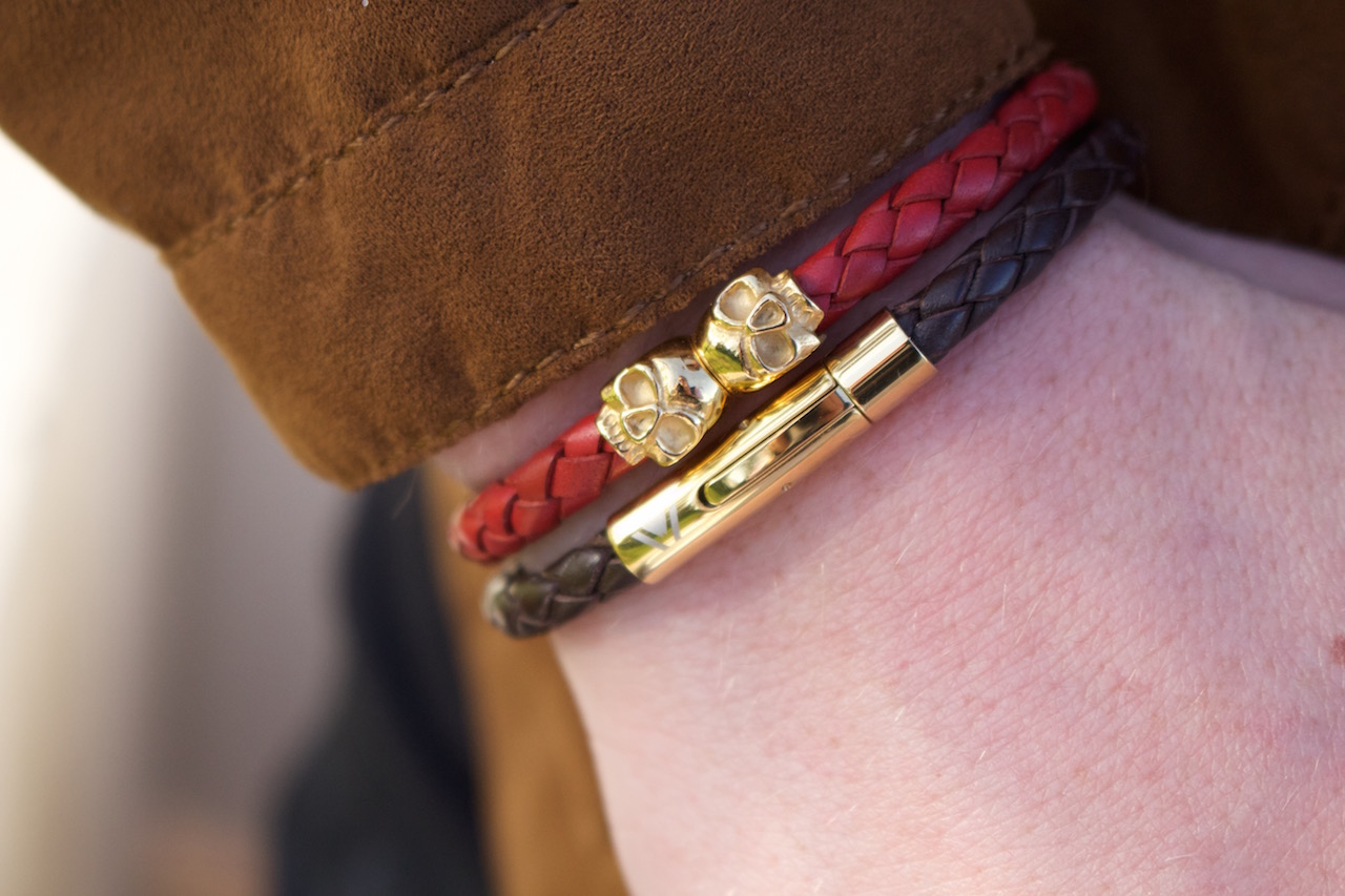 Braided leather with yellow gold skulls